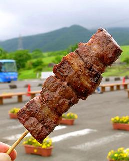 30.牛串 食べる.JPG